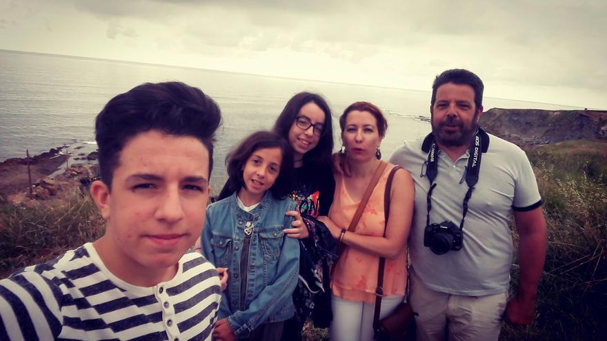 Pau, haciéndose una foto con sus hermanas y sus padres.