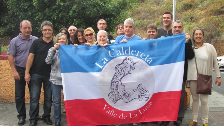 En la imagen, vecinos de La Caldereta antes de izar la bandera. Foto: LUZ RODRÍGUEZ