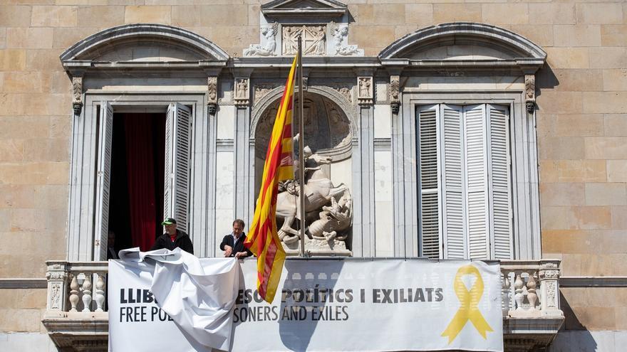Retiran los lazos de la fachada del Palacio de la Generalitat