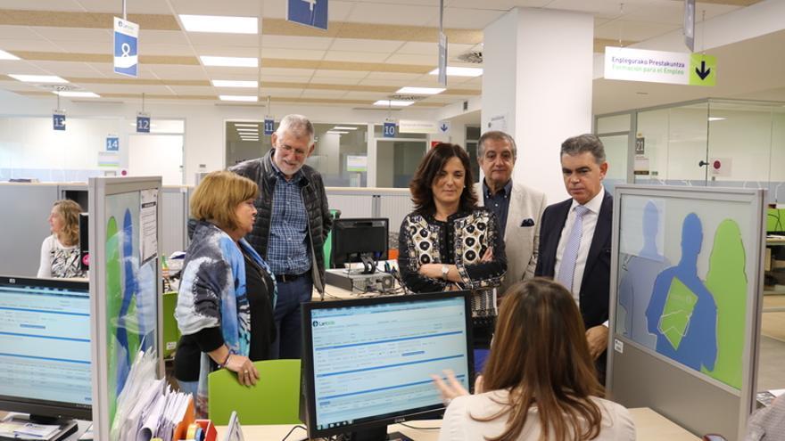 La consejera Beatriz Artolazabal y su equipo en una oficina de Lanbide