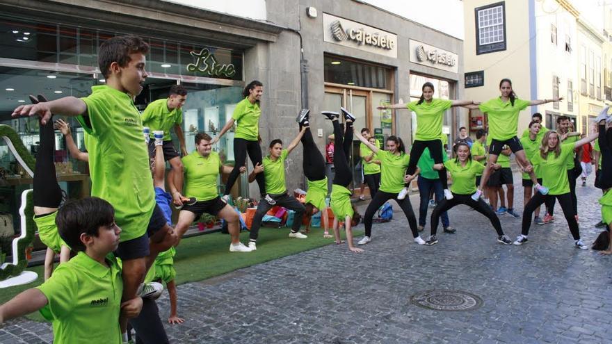Acto promocional de los Acróbatas en la calle Real.