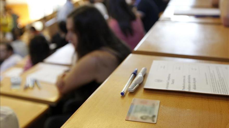 Miles de alumnos se preparan para una selectividad en extinción