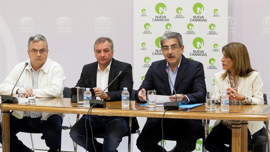 El portavoz del Grupo Parlamentario Nueva Canarias, Román Rodríguez, acompañado por los diputados de su formación, María Esther González  y Luis Alberto Campos. EFE/Ramón de la Rocha