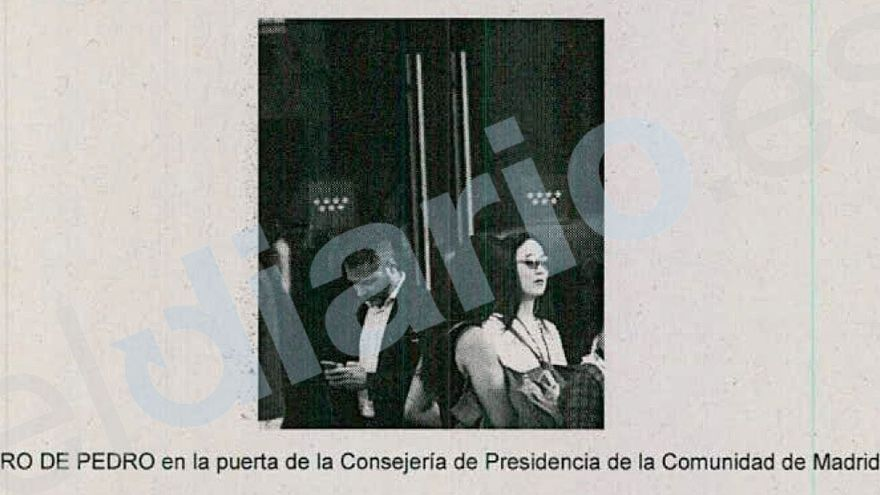 Alejandro de Pedro en la puerta de la Consejería de Presidencia de la Comunidad de Madrid