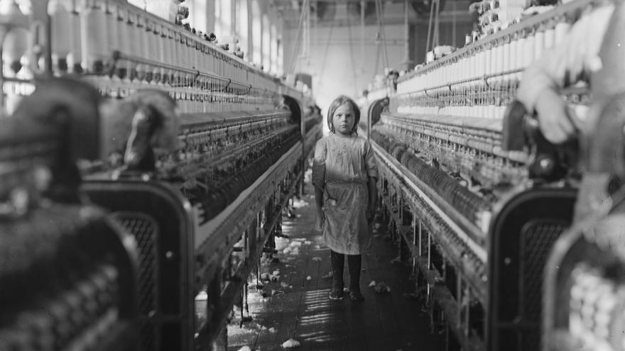 Una niña hilandera en Mollahan Mills, Newberry, Carolina del Sur, en 1908.