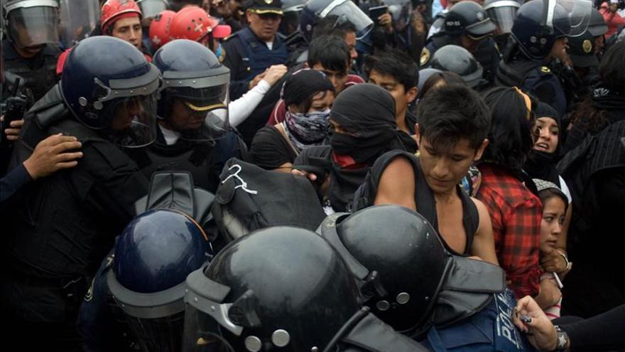 Encapuchados se enfrentan a policías tras marcha por desaparecidos en México