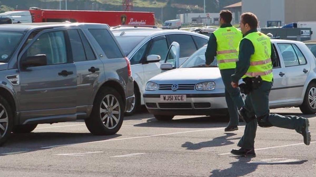Dos agentes de la Guardia Civil, en el puerto de Bilbao atendiendo una urgencia