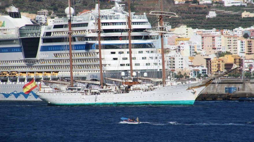 El buque-escuela 'Juan Sebastián de Elcano', tras permanecer cuatro días en el Puerto de Santa Cruz de La Palma, ha puesto rumbo a  Casablanca este viernes. Foto: JOSÉ AYUT.