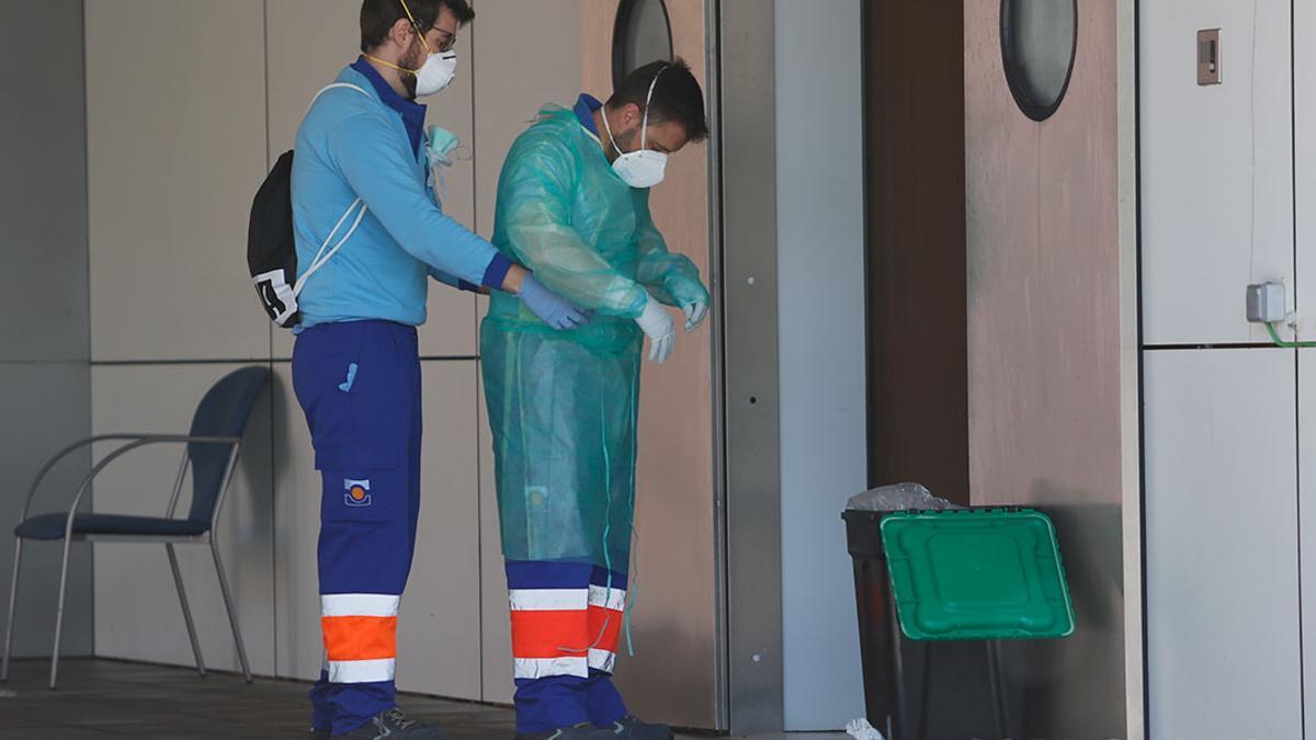 Sanitarios se preparan para realizar pruebas de coronavirus