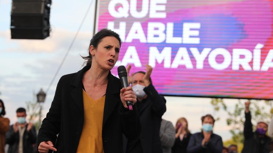 La ministra de Igualdad, Irene Montero interviene durante el acto de cierre de campaña del partido en el anfiteatro Lourdes y Mariano del parque de la Cuña Verde de Vicálvaro, a 2 de mayo de 2021, en Madrid (España).