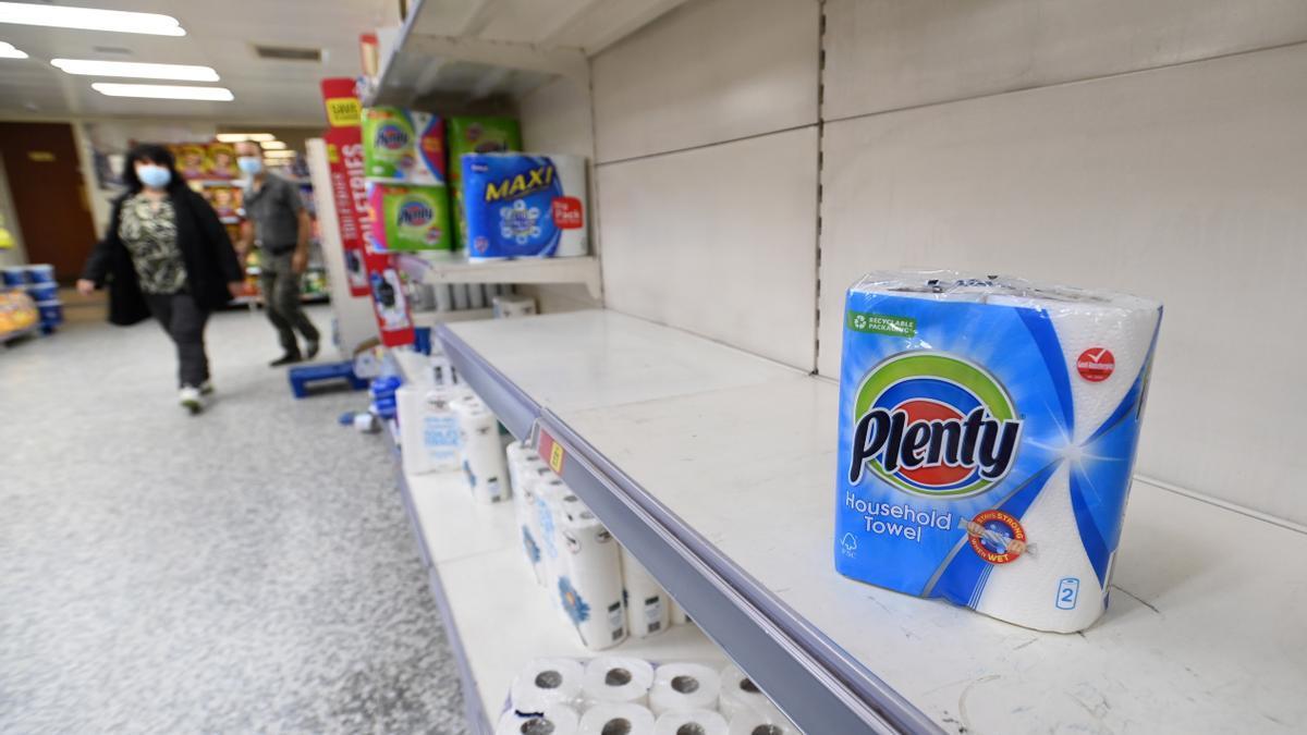Estantes vacíos en un supermercado en el centro de Londres, Gran Bretaña, 28 de agosto de 2021.