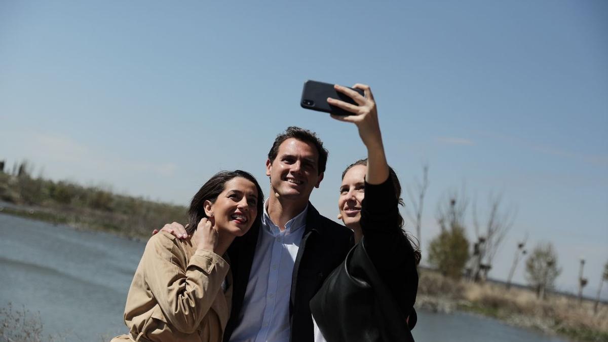 Arrimadas, Rivera y Rodríguez, en la imagen con la que la portavoz adjunta de Ciudadanos se ha despedido de su cargo