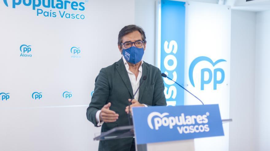 El presidente del PP de Álava, Iñaki Oyarzabal, en rueda de prensa en Vitoria