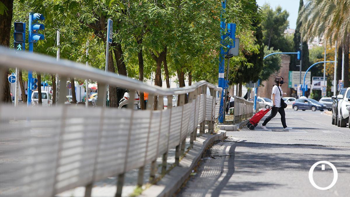 El Ayuntamiento actuará en un hundimiento de la calzada en Agrupación de Córdoba ante el peligro de un socavón