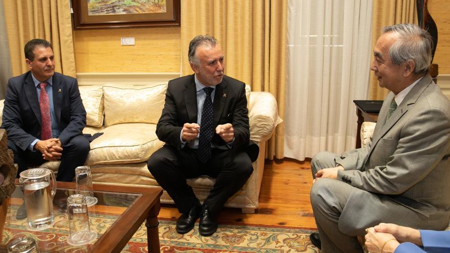 Ángel Víctor Torres conversa con el cónsul de Japón en España.