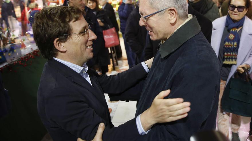El alcalde Almeida y el exalcalde Gallardón se saludan en el mercado de la Paz de Madrid en diciembre de 2019