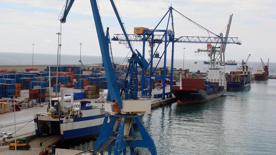 Diversos buques cargan y descargan contenedores en el puerto de Castellón