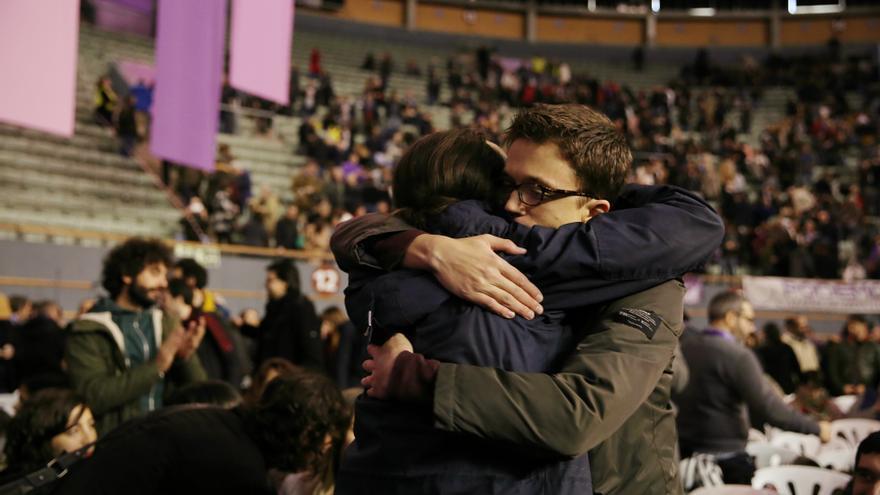 Abrazo entre Pablo Iglesias e Íñigo Errejón en Vistalegre 2.