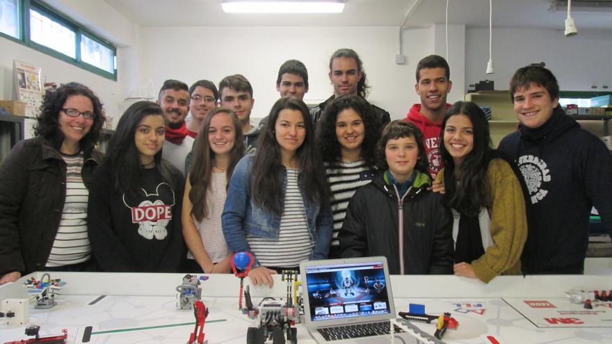 Noemí Lima (derecha) junto al alumnado que participa en el proyecto. Foto: LUZ RODRÍGUEZ.