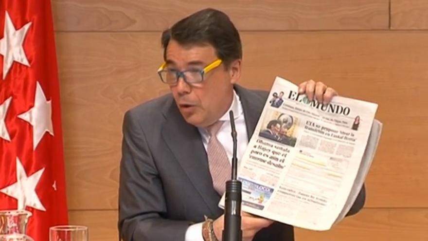 Ignacio González enarbola un ejemplar de El Mundo en la rueda de prensa.