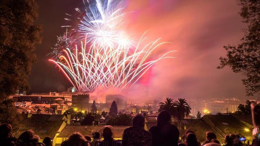 Espectáculo de luz, música y pirotecnia en los Fuegos del Apóstol Santiago
