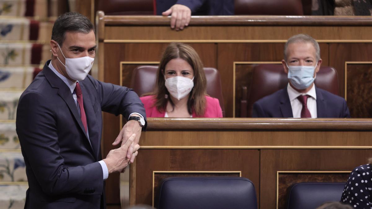 El presidente del Gobierno, Pedro Sánchez, conversa en una sesión de control al Gobierno en el Congreso de los Diputados, a 30 de junio de 2021