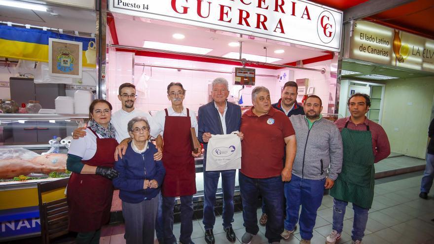 El concejal de Desarrollo Local, Pedro Quevedo, en el mercado de Altavista.