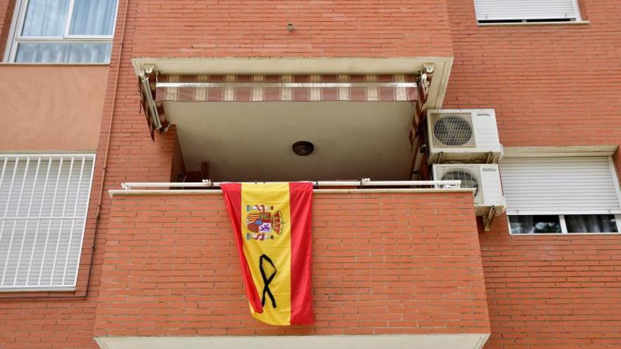 El PP pone señales de luto por las víctimas del coronavirus en todas su sedes