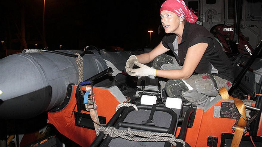 Ana Maciel, este sábado en el puerto de Arrecife, dentro de la zódiac embestida por la Armada / Foto: De la Cruz.