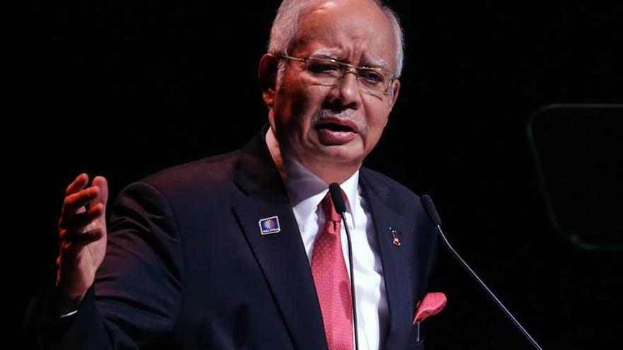 Najib, acusado de corrupción, sale reforzado como primer ministro de Malasia