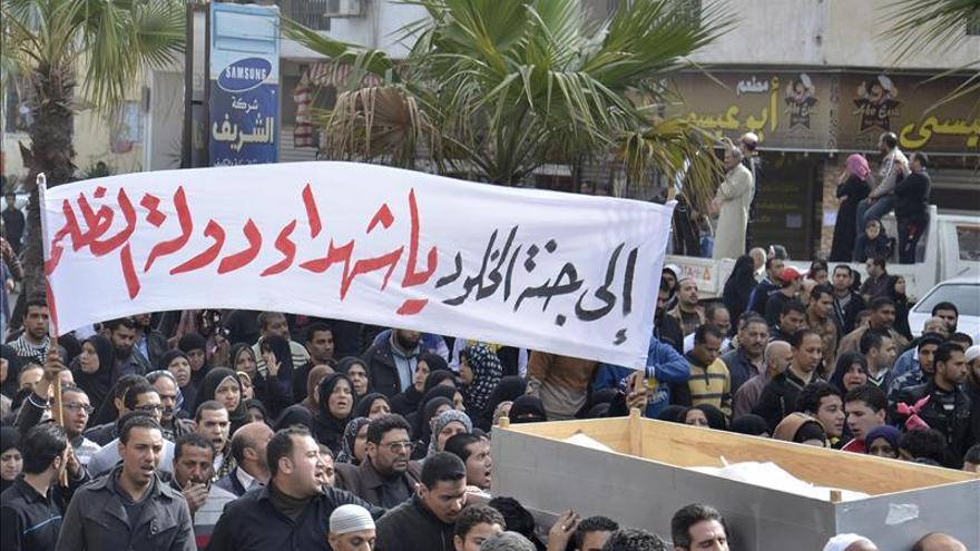 Cientos de personas participan en el funeral por los muertos ayer en Port Said