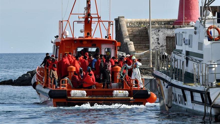 Llegan al puerto de Motril los inmigrantes rescatados cerca de la costa
