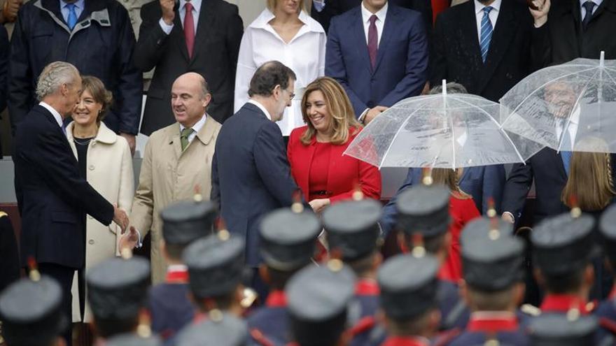 Rajoy saluda a Susana Díaz en un palco cuajado de gestos