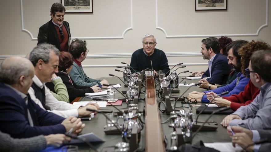 El alcalde de València, Joan Ribó, en la reunión con los representantes de 14 colectivos sociales