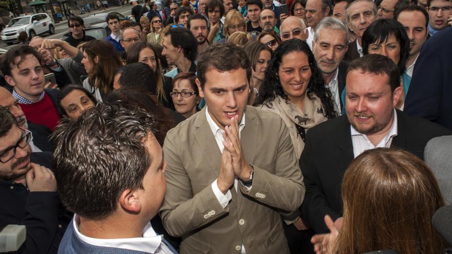 Albert Rivera acompañado de simpatizantes durante su paseo por las calles de Santander.   JOAQUÍN GÓMEZ SASTRE