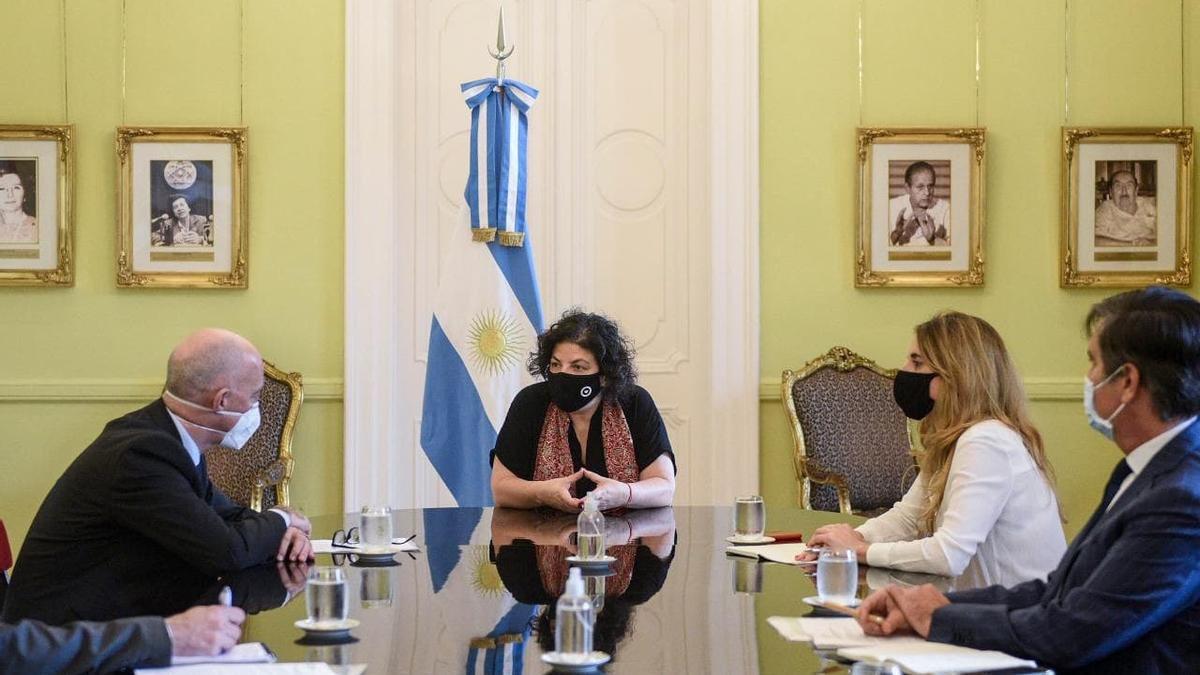 La ministra de Salud, Carla Vizzotti, se reunió con el embajador británico en Buenos Aires, Mark Kent.