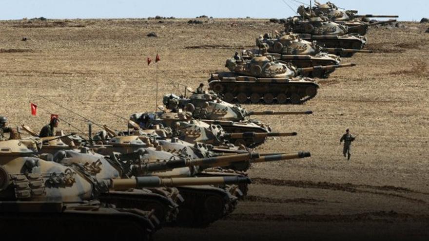 Una formación de tanques turcos preparada para entrar en territorio sirio.