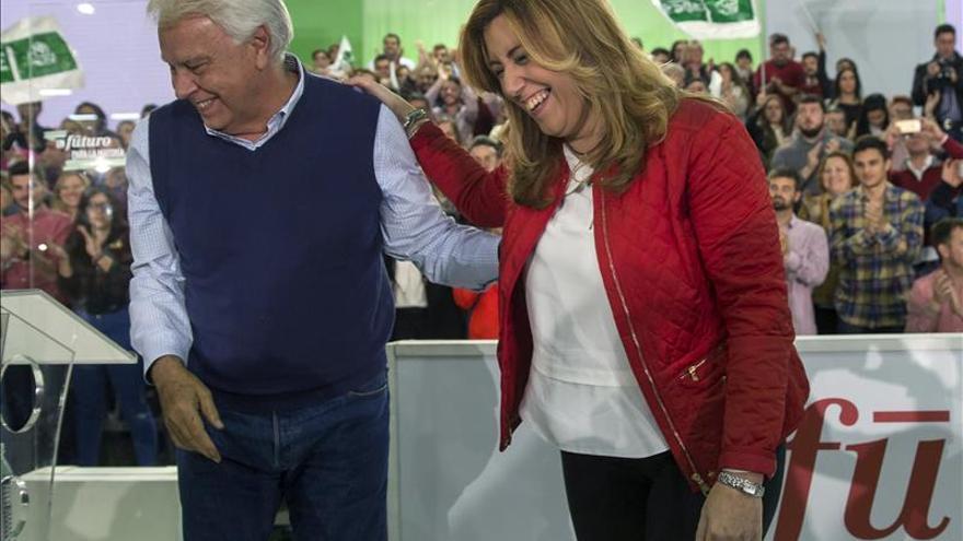 La secretaria general del PSOE-A y presidenta de la Junta, Susana Díaz (d), y el expresidente del Gobierno Felipe González.
