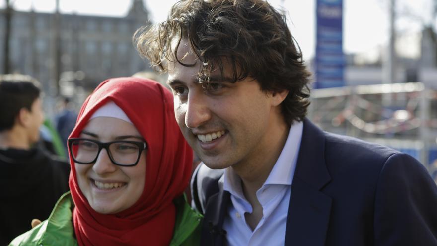 Jesse Klaver, el líder de la Izquierda Verde, se hace un foto con una de sus votantes el mismo día de las elecciones en Holanda // Michael Debets