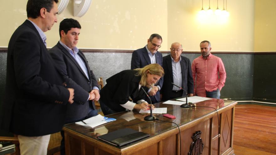 La alcaldesa de Castellón, Amparo Marco, firma el manifiesto ante otros integrantes de la Plataforma por la Dignidad del Agricultor.