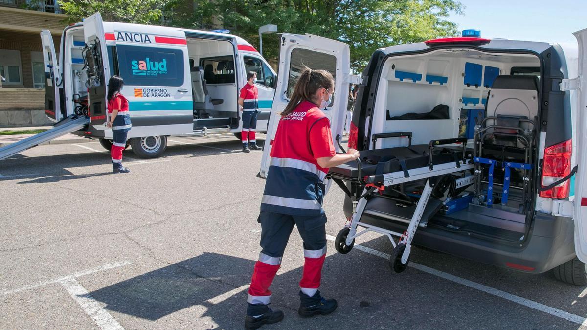 Una sanitaria introduce una camilla en una ambulancia en el Hospital Royo Villanova de Zaragoza. EFE/Javier Cebollada/Archivo