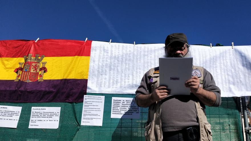 Antolín Pulido, el hombre que convocó como particular el acto, lee los versos de Miguel Hernández borrados del monumento de La Almudena.