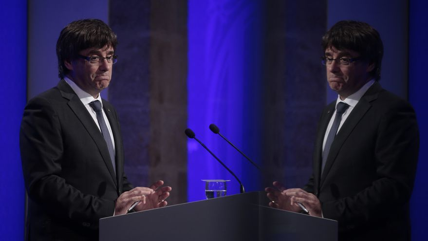 Descripción : Catalan President Carles Puigdemont arrives for a government meeting at the Palau Generalitat in Barcelona, Spain, Monday, Oct. 2, 2017.