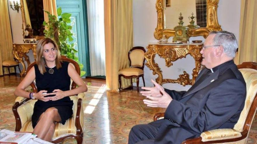La alcaldesa de Archena, Patricia Fernández, junto al obispo de la Diócesis de Cartagena, José Manuel Lorca Planes