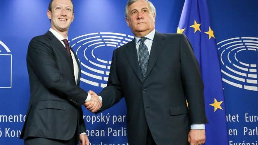 El CEO de Facebook, Mark Zuckerberg, con Antonio Tajani, presidente del Parlamento Europeo