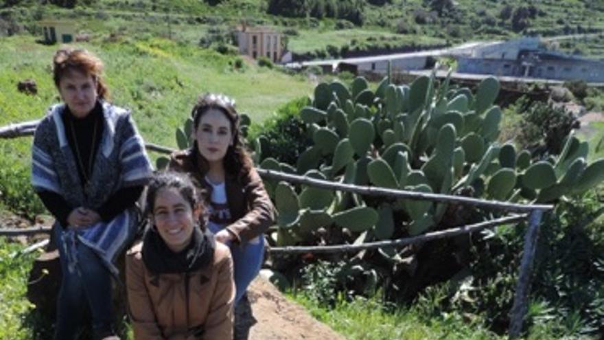 Carmen, Patricia y Claudia en los grabados y cazoletas del Cercado de Vicente (Santo Domingo de Garafía).