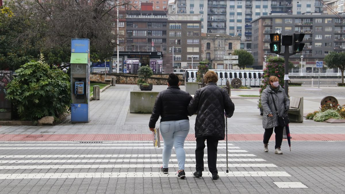 Una persona mayor cruzando la calle