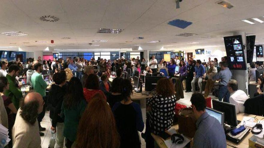 Trabajadores de TVE protestando ante las nuevas contrataciones / Anna Bosch - Twitter