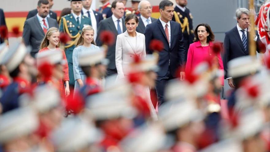 Los Reyes presiden el desfile del 12-O tras ser recibidos con aplausos