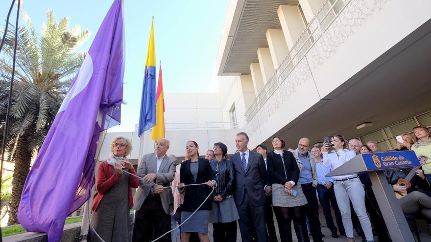 La Institución iza la bandera feminista con motivo del Día Internacional contra la Violencia sexista